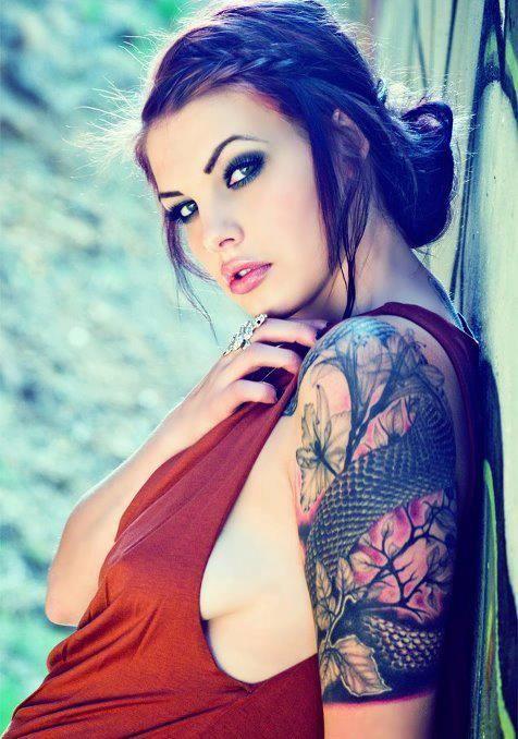 Vemos posando a una modelo latina de mirada penetrante, lleva tatuaje en el brazo