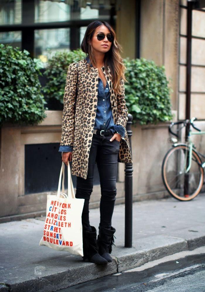 jeans pretos, camisa de ganga e casaco padrão animal
