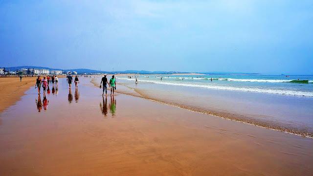 На фото - городской пляж Эс-Сувейры на побережье Атлантического океана