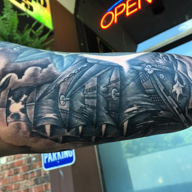tatuajes de barco pirata en el brazo interior