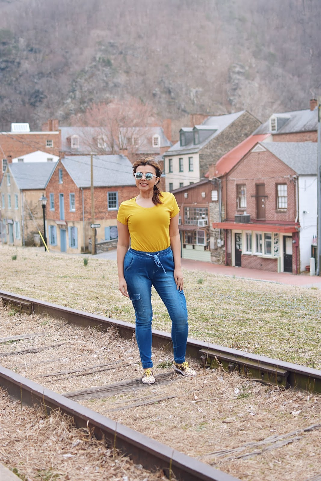 Skinny Jogger Pants - Neon Vibes-mom jeans-lookbook-fashionblogger-dcblogger-travelblogger-west virginia-harpers ferry-viajeros en internet-bloggerstyle-