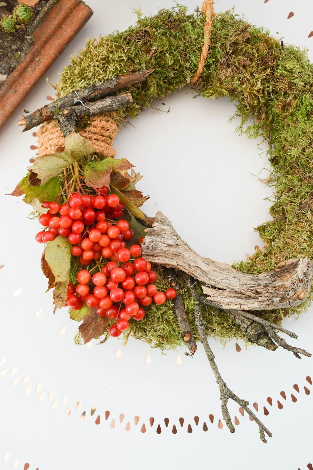 DIY Mooskranz einfach selber machen mit Moos Beeren Holz und Sisal. Naturdeko Anleitung zum Kranz binden. Dekorieren mit Natur. Dekoration herbstdeko