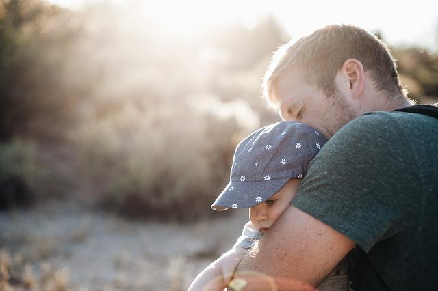 Vater tröstet seine kleine Tochter
