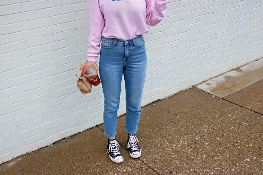 mom jeans black converse shoes
