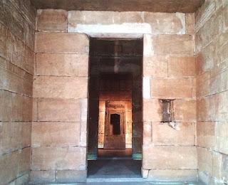 El interior es una sucesión de pequeñas estancias cuyos bloques de piedra están decorados con geroglíficos.