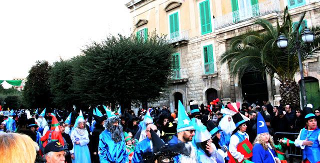 maschere, gente mascherata, carnevale, Corato in maschera, alberi, palazzo