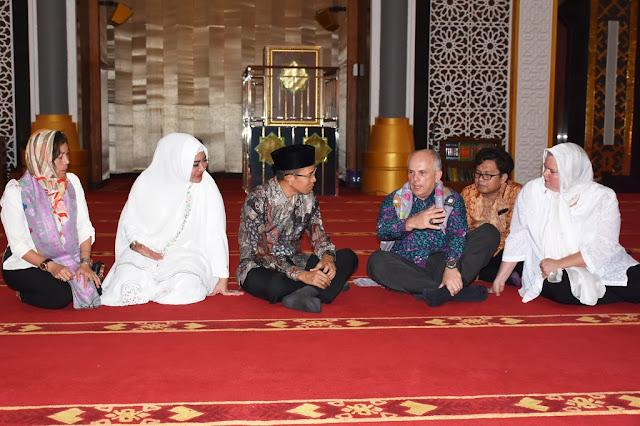 TGB Temani Dubes Amerika Serikat Berkeliling Islamic Center