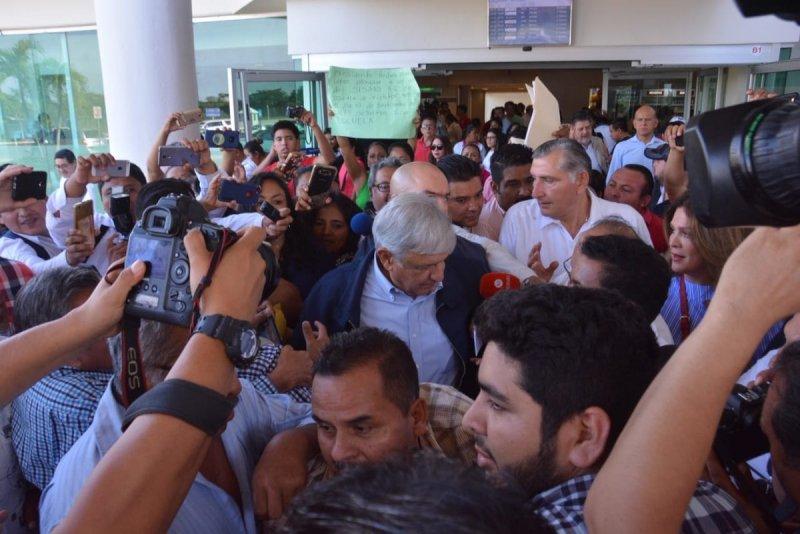 López Obrador llega a Tabasco para leerle la cartilla a los petroleros: se acabó la corrupción.