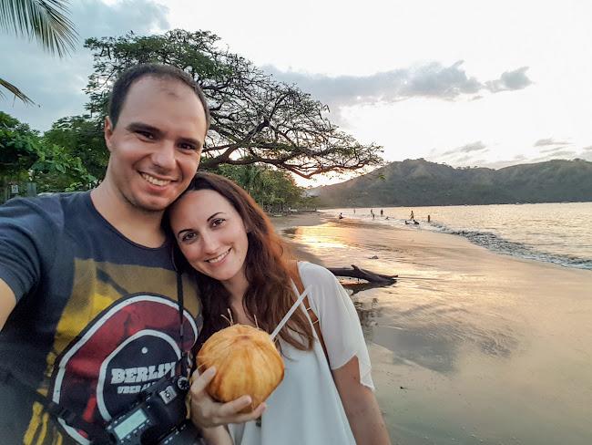 Los dos juntos disfrutando del atardecer en playas del Coco
