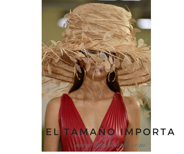 Grandes aros y sombrero. El número uno del glamour.