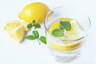 voda s citrónem