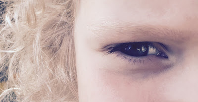 oeil vif et blondinet d'une petite fille vive et blondinette