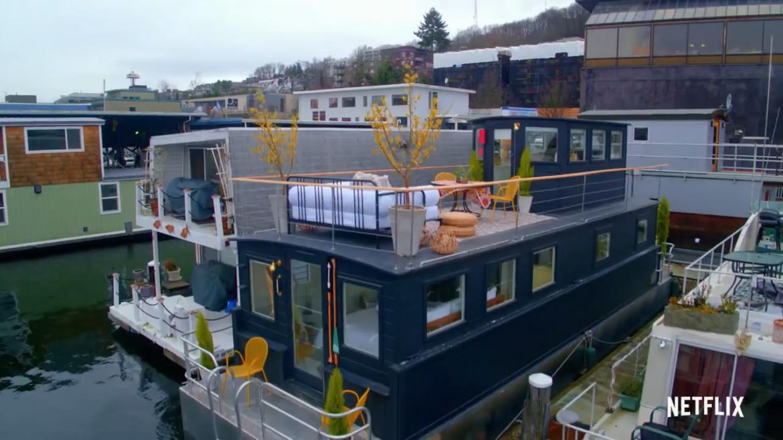 Una casa flotante, protagonista de uno de los capítulos de Stay Here