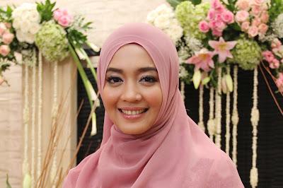 Nuri Maulida seksi dan manis pakai jilbab Nuri Maulida