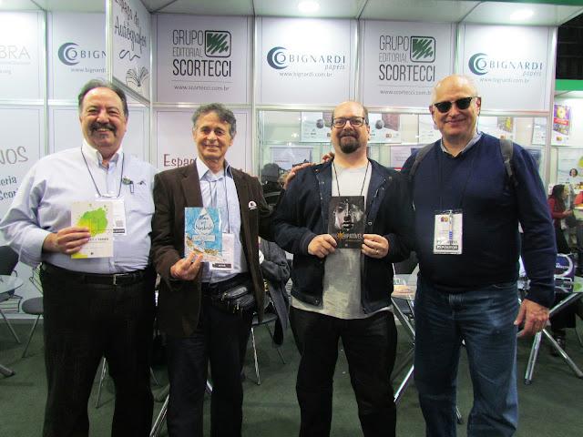 Na foto, da esquerda para a direita: Rafael Moia Filho (escritor do livro De Sarney a Temer), Jorge Roberto (poeta que assina o livro Alma que Transborda), Mauricio R B Campos (Incompatível) e João Scortecci (escritor e editor da Scortecci Editora).