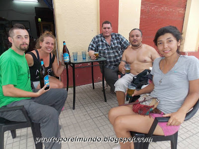 Refrescándonos en el bar de Don Raúl, Acheral, Argentina.