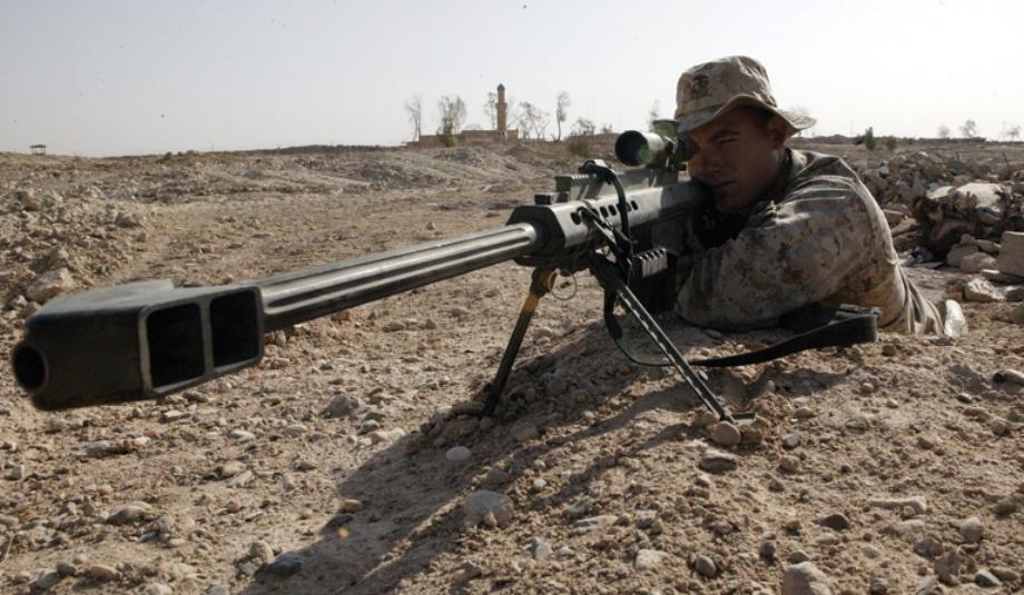 Tirador con un Barret M82A3 (no el M500 de Walküre) del calibre .50 con una mira telescópica.