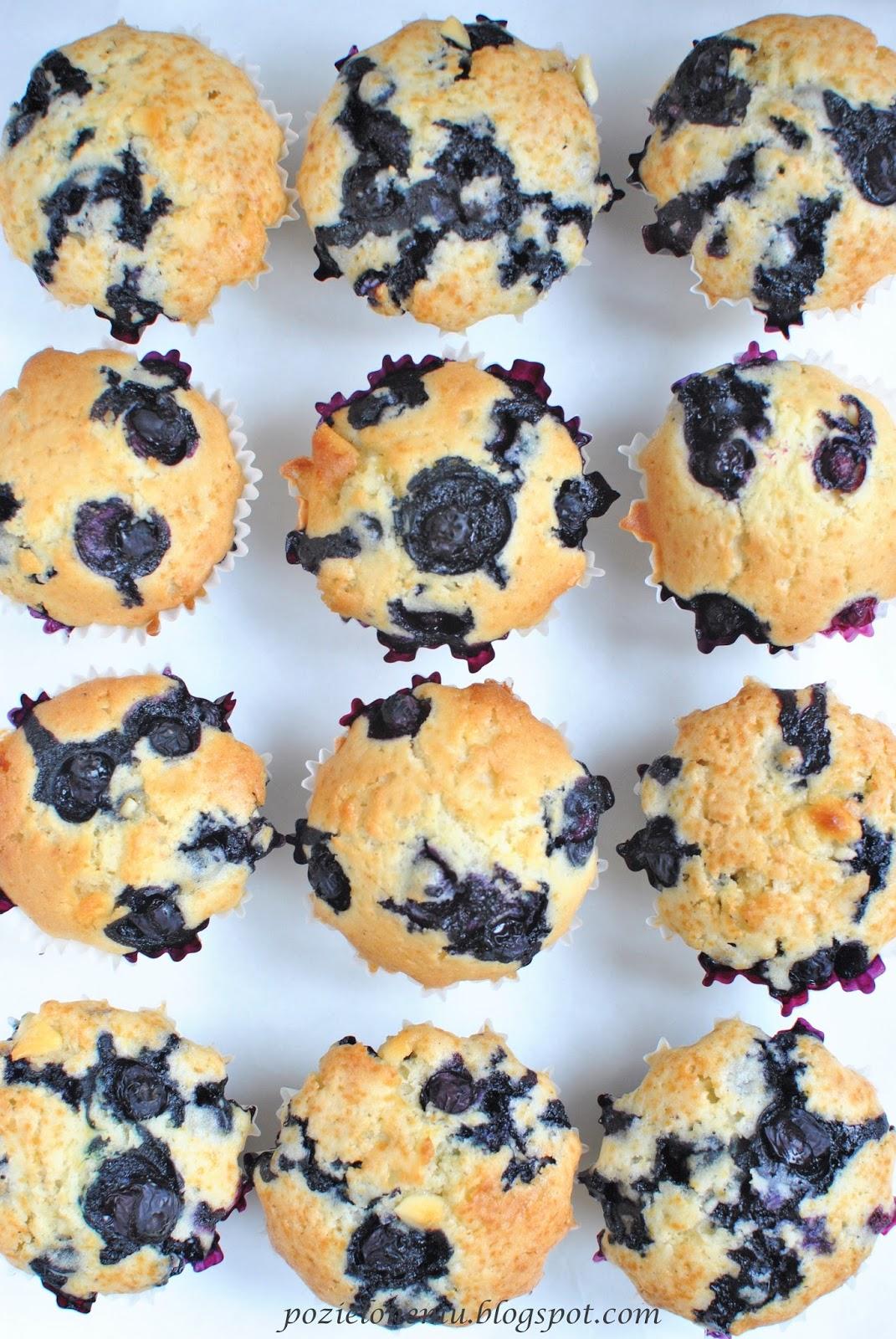 Waniliowe muffiny z białą czekoladą i borówkami