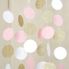 Ghirlanda de confetti cercuri alb, roz si auriu pentru decor sala botez sau party balerina