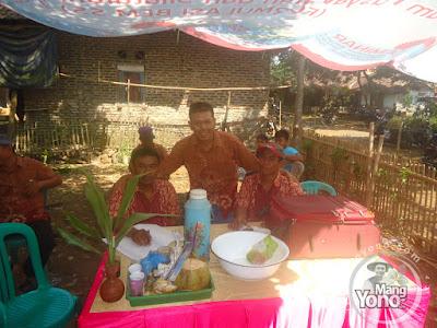 FOTO 2 :   Pemangku Hajat Guru Karma,   Juru tulis uang laki - laki Guru Yayan dan Ulis Yaya