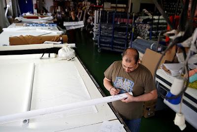 Un trabajador en una fábrica textil de Madrid.Andrea ComasReuters