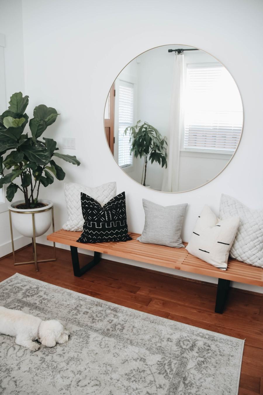 Proste i przytulne wnętrze w bieli, wystrój wnętrz, wnętrza, urządzanie domu, dekoracje wnętrz, aranżacja wnętrz, inspiracje wnętrz,interior design , dom i wnętrze, aranżacja mieszkania, modne wnętrza, białe wnętrza, wnętrza w bieli, styl skandynawski, minimalizm, naturalne dodatki, jasne wnętrza, przedpokój, ława drewniana