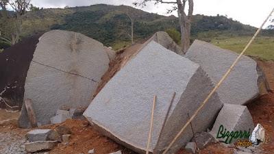 Pedra de granito bruto sendo cortado para execução de paralelepípedo para construção do pórtico de pedra.
