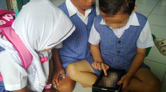 Semakin Parah! Budak Umur 6 Tahun Layan Video Lucah Dalam Beg Sekolah