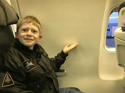 Lustiges Kind - Kein Fensterplatz im Flugzeug
