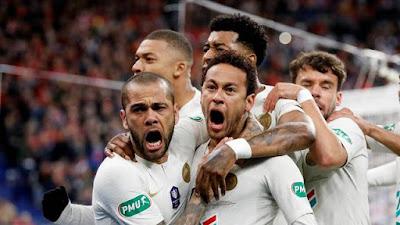 Daniel Alves e Neymar comemoram gol do PSG (Foto: REUTERS/Charles Platiau)