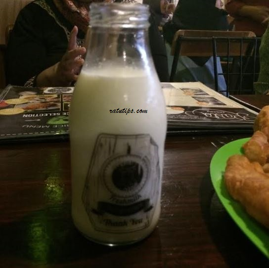 Review Restoran Momo Milk Barn, Sensasi Nyusu Sehat, Segar, Murah, dan Kekinian!