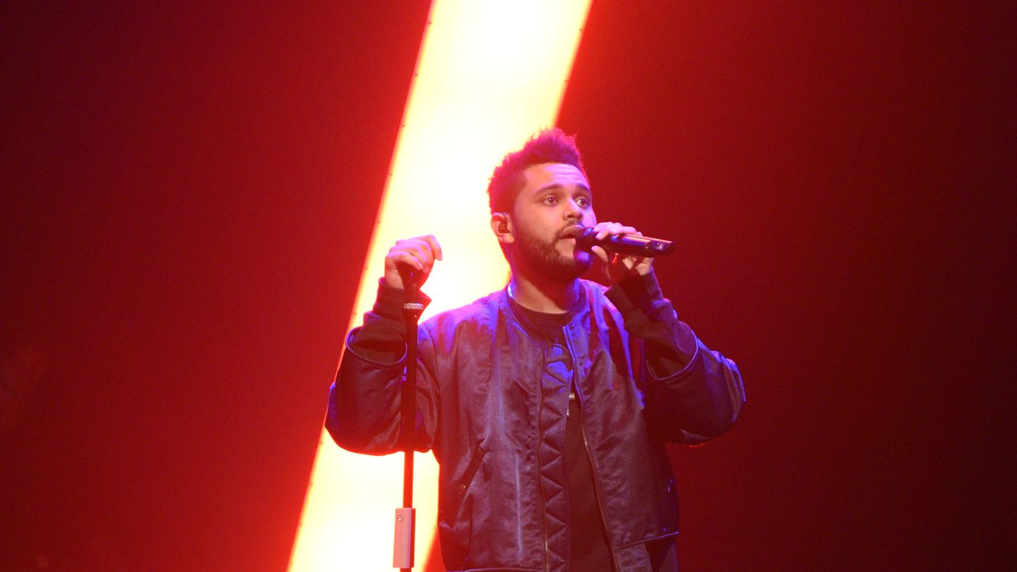 "The Weeknd canta ""Starboy"" y ""I Feel It Coming"" en Jimmy Fallon"