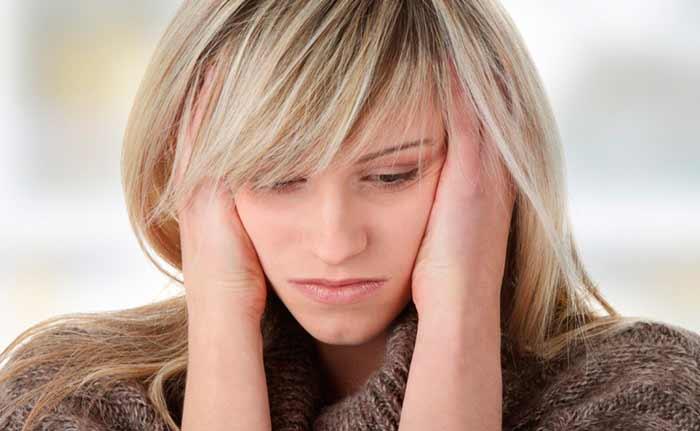Sonrojarse, enrojecer, volverse la piel roja, sintiendo los síntomas de ansiedad