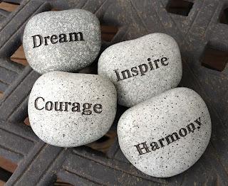 pedras com os dizeres sonho coragem inspiração e harmonia