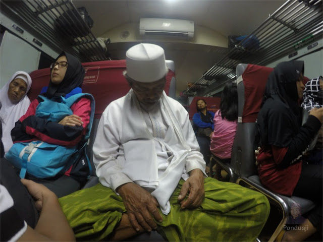 Penumpang kereta api penataran Surabaya - Blitar