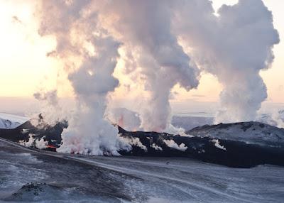 Erupción volcanica del Eyjafjallajökull , uno de los desastres naturales más famosos de Islandia