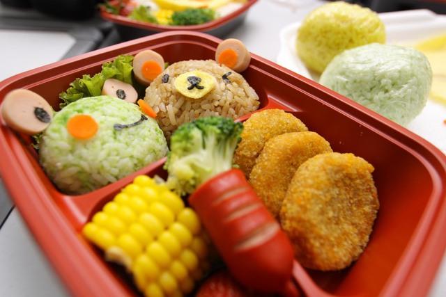Agar anak tidak suka jajan diluar saat sekolah...berikut adalah Tips membuat bekal untuk anak sekolah yang sehat...!!!