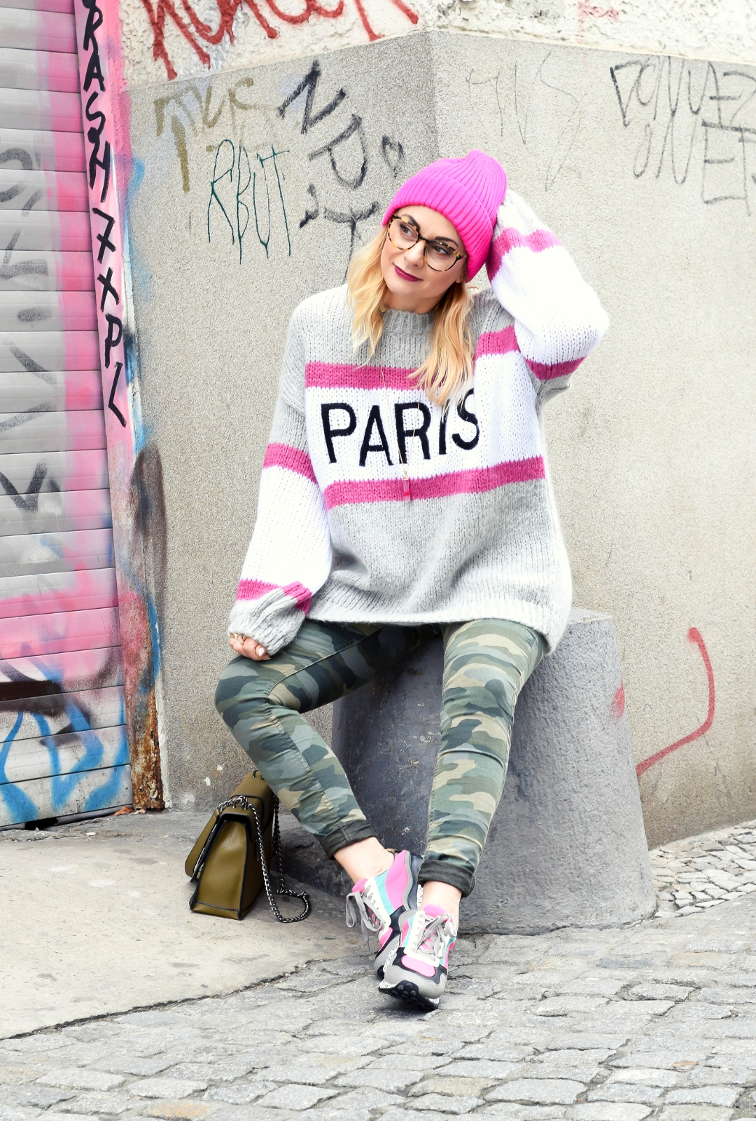 Look mit Camouflage Hose, PauxClaire Pullover, Ugly Sneaker