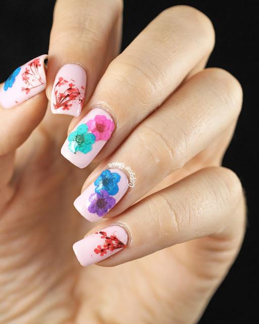 uñas decoradas con flores delicadas