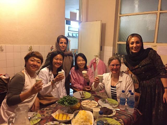 Les touristes en jouissant de la cuisine iranienne