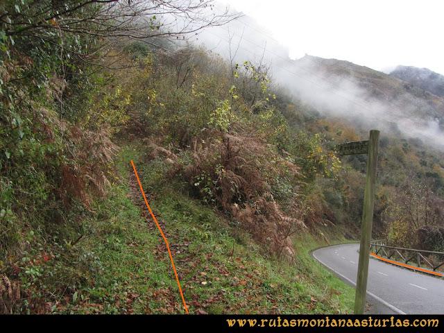 Ruta de las Xanas y Senda de Valdolayés: Entrada en la carretera
