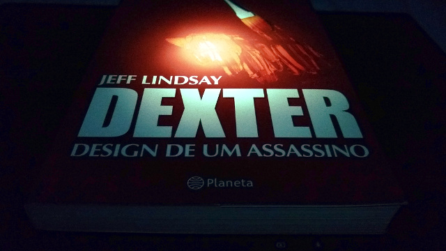 The book cover Dexter by Design in Portuguese.