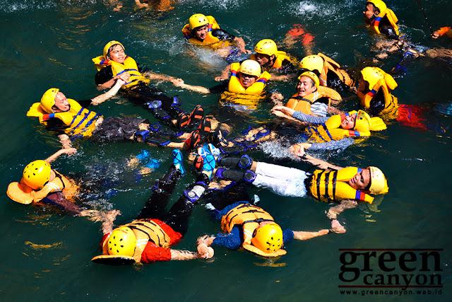 serunya Body Rafting di Green Canyon