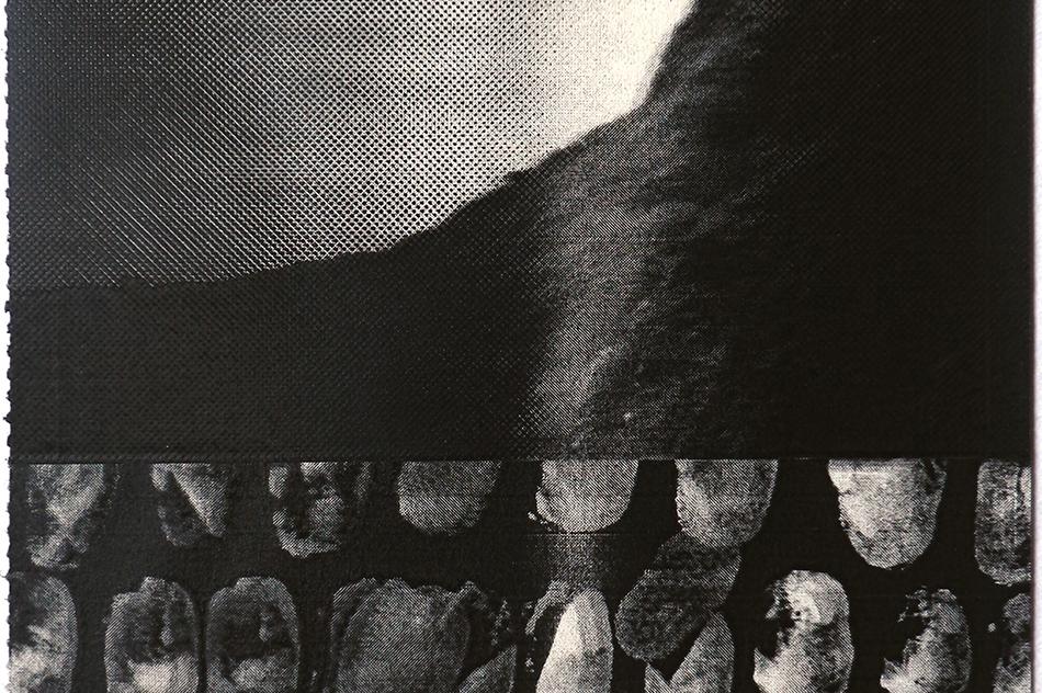 Detalle con huellas de 1496,5 KM², obra gráfica de Manuel Eduardo González