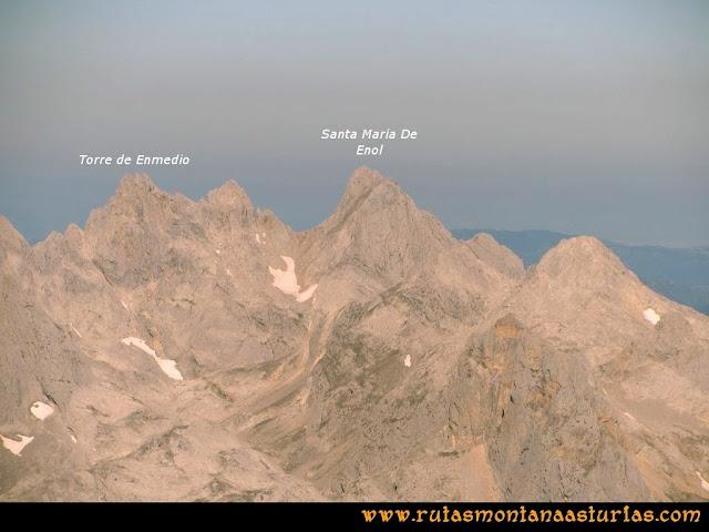 Ruta Cabrones, Torrecerredo, Dobresengos, Caín: Vista desde el Torrecerredo de la Torre de Enmedio y Santa María de Enol
