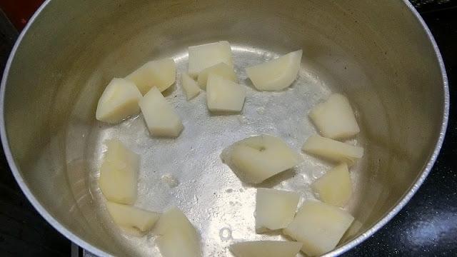 じゃがいもがやわらかくなったら湯を切り、鍋に戻して粉ふき芋にして水分を飛ばす
