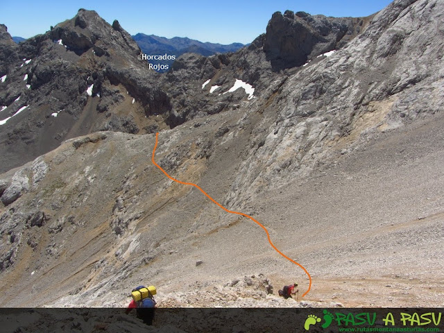 Bajando la empedrada ladera del Pico Arenizas
