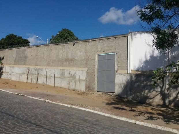 Internos rendem funcionários e fogem pelo portão de entrada da Funase