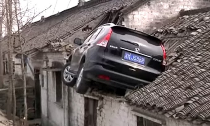 VÍDEO: Motorista perde controle de carro e sobe em telhado de casa na China
