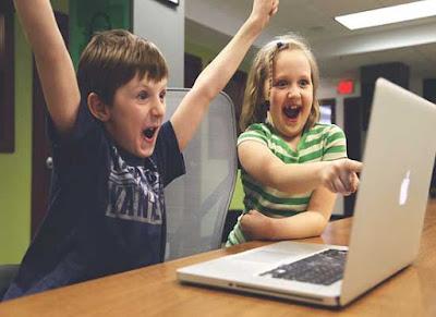 Anak Lagi Main Game Di Laptop